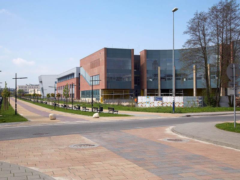 Widok od strony ul. S. Łojasiewicza na Aleję Wawelską i elewację frontową budynku WFAIS UJ