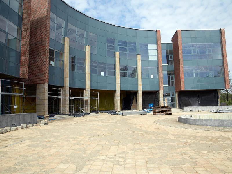 Elewacja frontowa budynku (segment A) z wejściem głównym od strony skrzyżowania ul. Łojasiewicza i Al. Wawelskiej