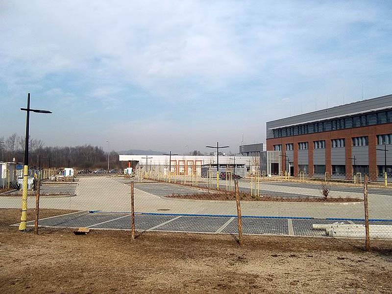 Widok od strony Al. Wawelskiej na parking samochodowy oraz segmenty J i D