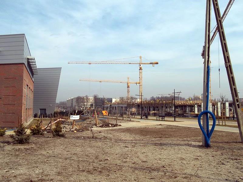 Widok z ul. Gronostajowej na budynek WFAIS UJ oraz – wznoszony w bezpośrednim sąsiedztwie – budynek Wydziału Chemii UJ