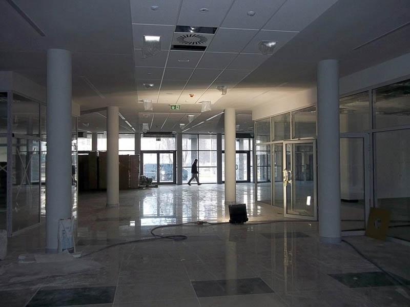 Hol wejściowy – po lewej stronie widoczny kiosk, po prawej – przeszklone ściany sali bufetu