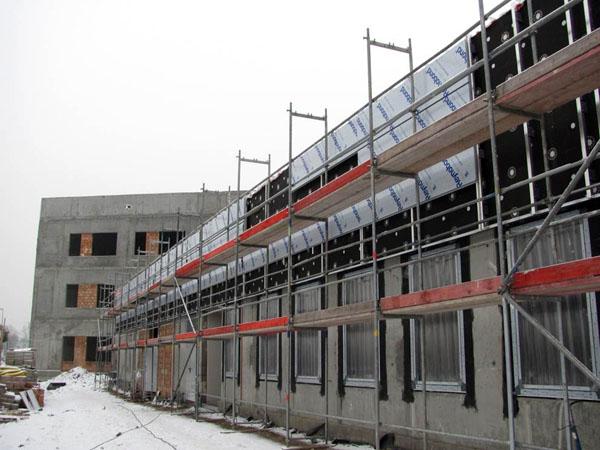 Segment J – początek prac związanych z montażem okien oraz okładziny na elewacji