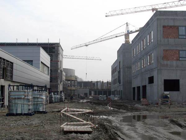 Widok na plac budowy od strony segmentów J i D.
